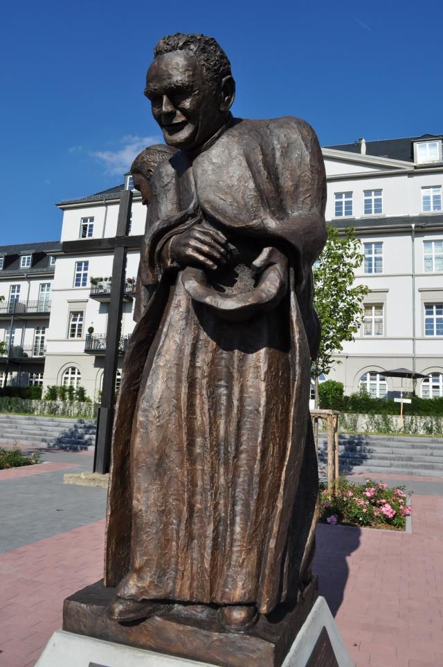 Beeld van Pater Werenfried in Königstein, een werk van Christoph Loch. © Wikipedia