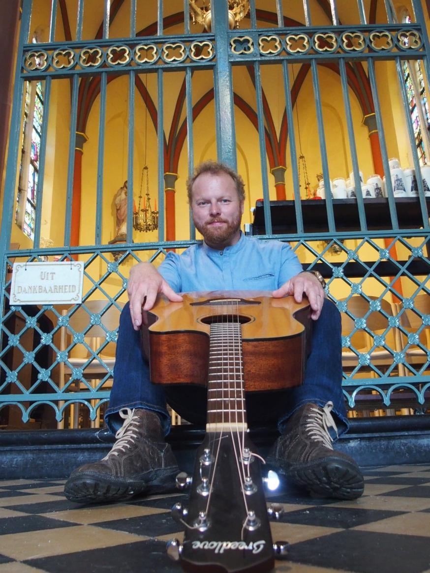 Koen Dewulf, komiek en zanger, schreef de show 'God en goed' speciaal voor kerkelijk publiek. © Koen Dewulf
