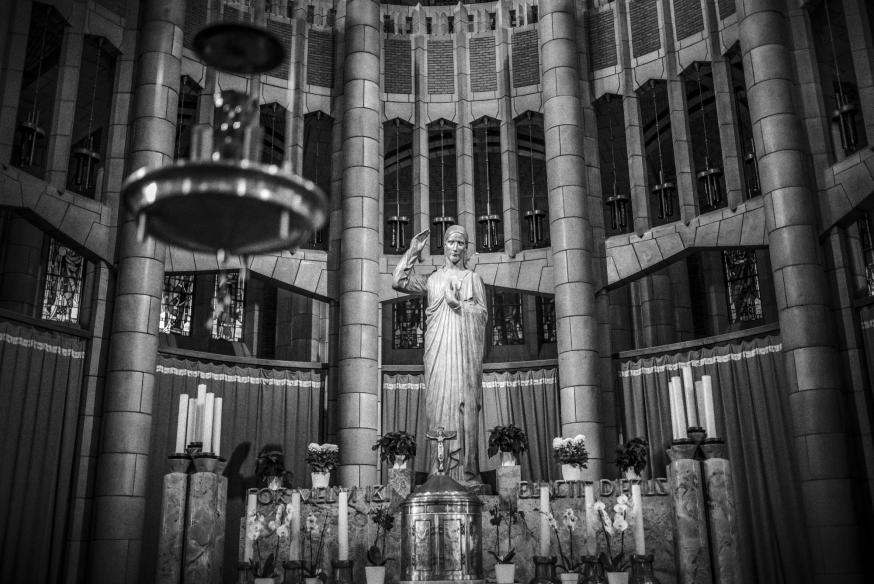 """Het Heilig Hartbeeld, op het altaar van het sacramentskoor in de apsis. Het opschrift luidt """"Cor meum ibi cunctis diebus"""": """"Mijn hart zal hier voor altijd aanwezig zijn"""". © Leo De Bock"""