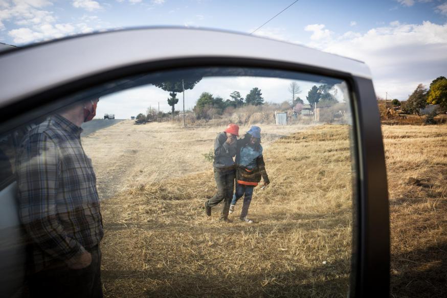 'Vrede, regen, welvaart'. Windturbines in Lesotho © Leo De Bock