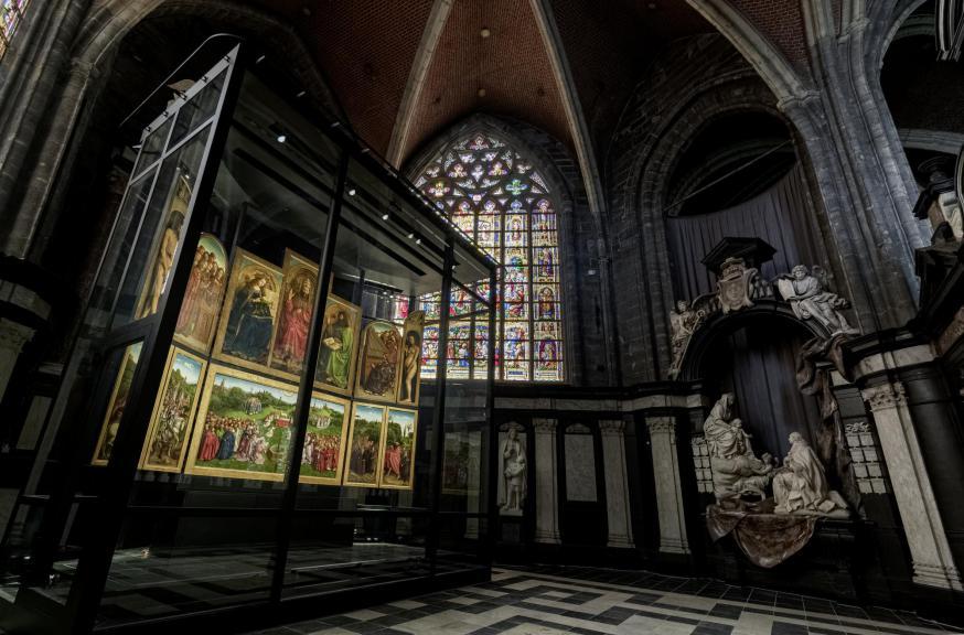 Het pronkstuk van het bezoekerscentrum is uiteraard het Lam Gods, dat nu in een geklimatiseerde vitrine staat. © Art in Flanders, Cedric Verhelst