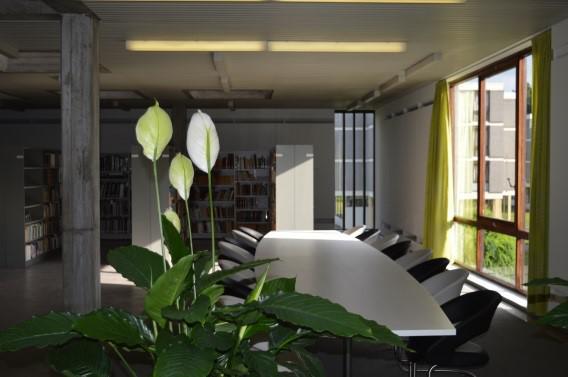 Lange bibliotheek-tafel © Martha Hoffenkamp