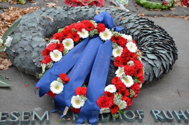 De bloemenkrans van de bisschoppen op de Duitse militaire begraafplaats in Langemark © Hellen Mardaga