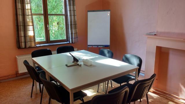 Tweemaal per week is er Nederlandse les voor mensen zonder (of met) papieren.