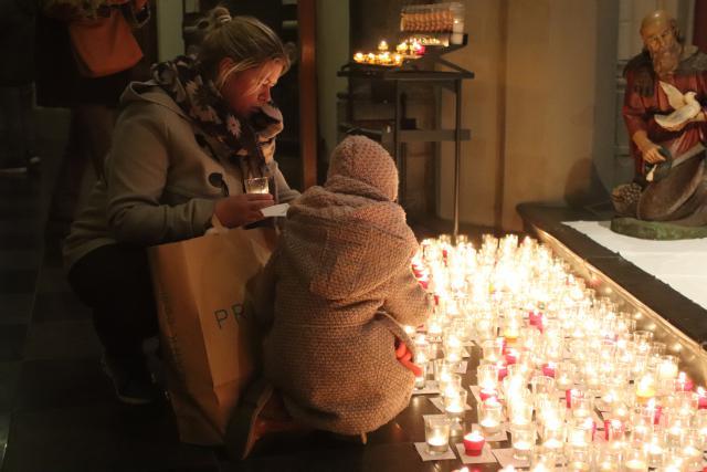Duizenden mensen grepen de kans een kaarsje te branden tijdens 'Light a Candle'. © Jente Vandewijer