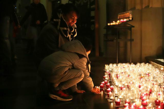 Te midden van de winkeldrukte in Hasselt, brandden meer dan tweeduizend mensen zaterdag een kaarsje in de Sint-Quintinuskathedraal tijdens 'Light a Candle'. © Jente Vandewijer