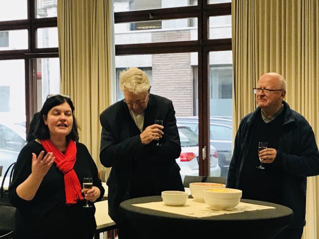 Mgr Van Hecke wordt verwelkomd in het Onderwijsbureau, bijgestaan door zijn voorganger mgr Luc Van Looy. © Bisdom Gent, foto: Peter Malfliet