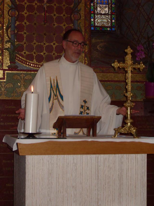 Jan gaat voor in een eucharistieviering