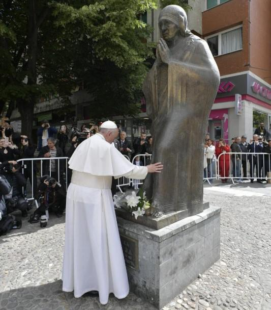 Paus Franciscus bij het beeld van Moeder Teresa in haar geboorteplaats Skopje © Vatican Media