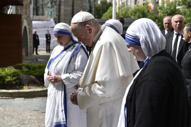 Met de zusters van de Missionarissen van Naastenliefde, bij het monument voor Moeder Teresa © Vatican Media