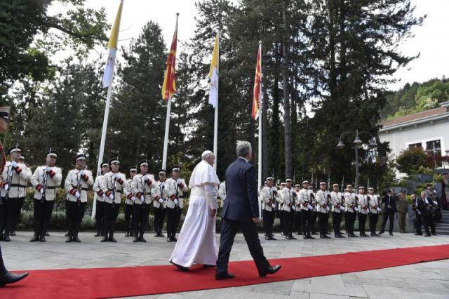 Paus Franciscus bij zijn aankomst in Noord-Macedonië © Vatican Media