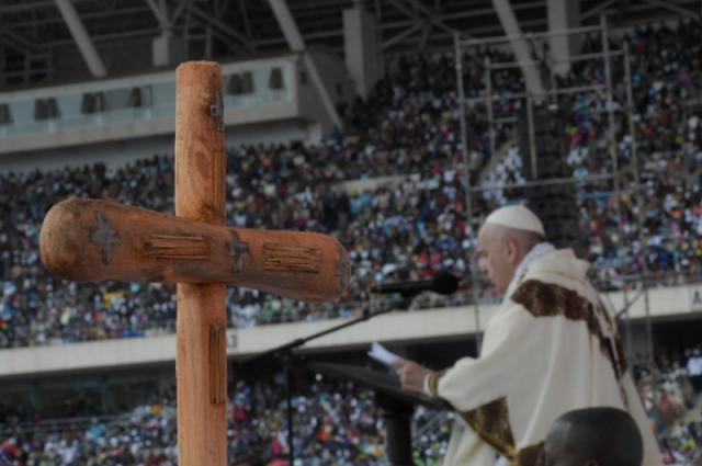 Paus Franciscus ging voor in de eucharistieviering met een herdersstaf gemaakt uit brokstukken na de doortocht van cycloon Idai in Beira © VaticanNews