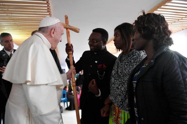 Paus Franciscus kreeg van een delegatie van Sant'Egidio uit Beira een herdersstaf gemaakt uit brokstukken na de doortocht van cycloon Idai in Beira © VaticanNews