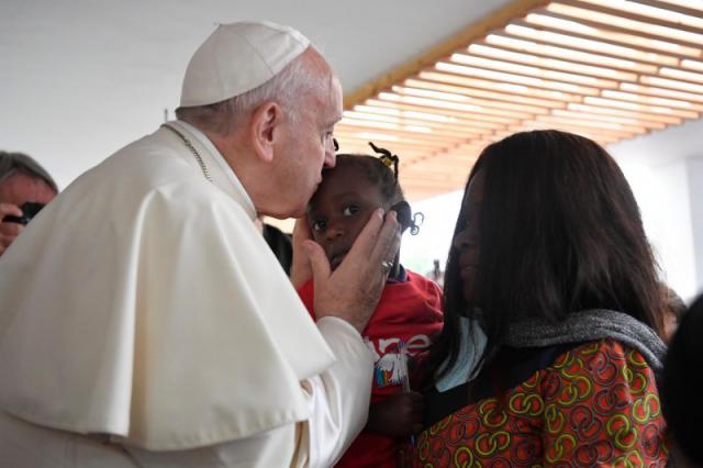 Paus Franciscus maakte tijd om verschillende seropositieve moeders met gezonde baby's te groeten en te zegenen © VaticanNews