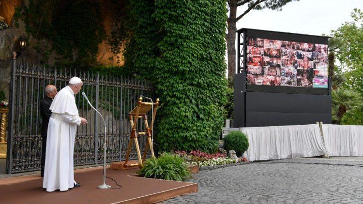 Paus Franciscus spreekt de andere Mariaheiligdommen die wereldwijd via livestream met het rozenkransgebed voor de Vaticaanse Lourdes verbonden zijn toe via het reuzenscherm © VaticanMedia