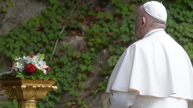 Met een gebed bij de Lourdesgrot in de Vaticaanse Tuinen, online gedeeld in andere Mariaoorden, vroeg de paus Maria's hulp in de strijd tegen corona © VaticanMedia