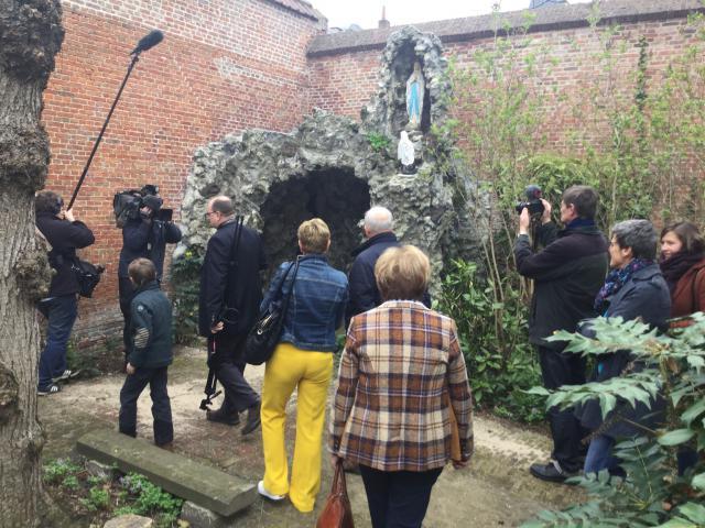 Inwandeling van de tuin waarin ook een traditionele Mariagrot is gebouwd © communicatiedienst aartsbisdom Mechelen-Brussel