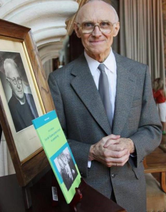 Mark Cornelis bij het portret van en boek over zijn oom Ivo.  © Mark Cornelis