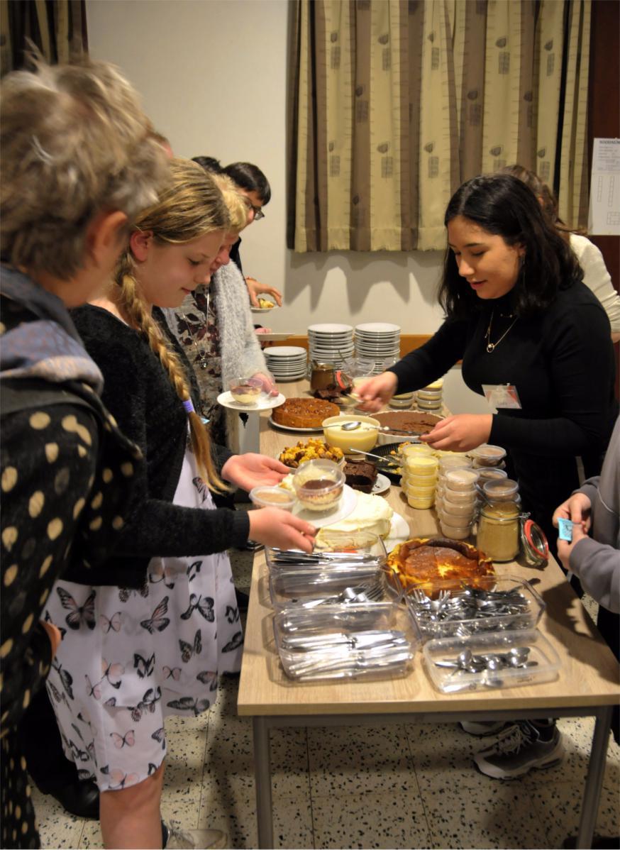 Veel geaarzel aan het dessertenbuffet: er was gewoonweg te veel lekkers om uit te kiezen! © RVR
