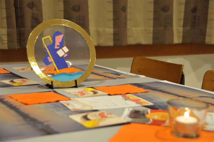 Zelfgemaakte afbeeldingen van heiligen keken toe hoe iedereen aan tafel zich amuseerde © RVR