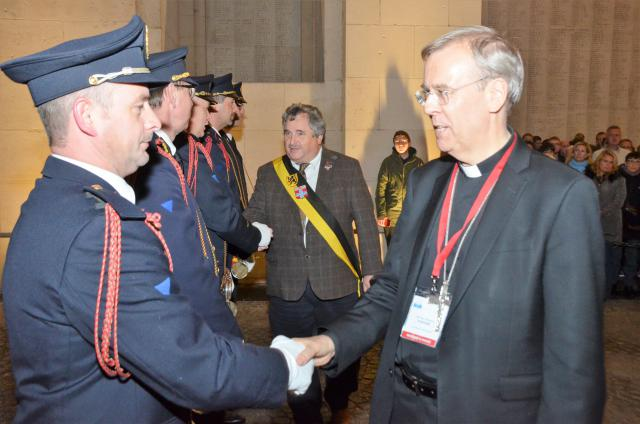 Een van de COMECE-bisschoppen feliciteert de klaroenblazers © Foto Last Post Association, Ieper - www.lastpost.be