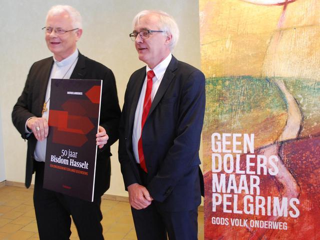 Bisschop Patrick Hoogmartens en Mathijs Lamberigts op de voorstelling van het boek '50 jaar Bisdom Hasselt' © Filip Ceulemans