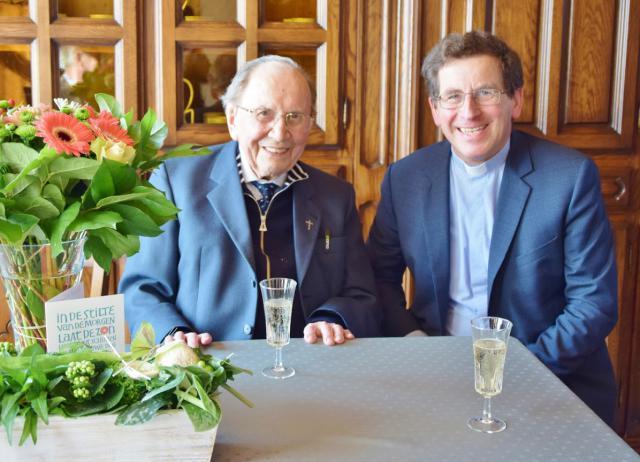 De honderdjarige pastoor Michel Maeckelberghe samen met bisschop Lode Aerts (c) Erna Nevejant