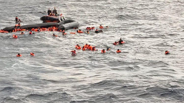 Migranten in de Middellandse Zee wachten op het Spaanse reddingsschip Open Arms © VaticanMedia