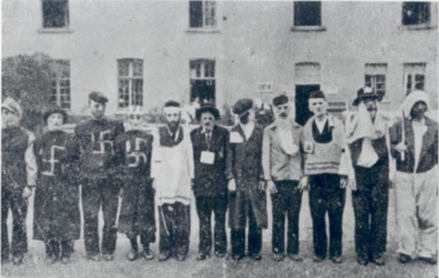 Vernederingen van opgepakte joodse mensen in de Dossinkazerne in 1942 © Museum Kazerne Dossin