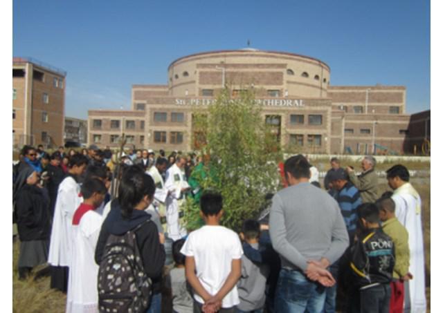 In 2012 werd t.g.v. de 20ste verjaardag van de aanwezigheid van de katholieke Kerk in Mongolië een boom geplant op het plein voor de kathedraal © Radio Vaticana