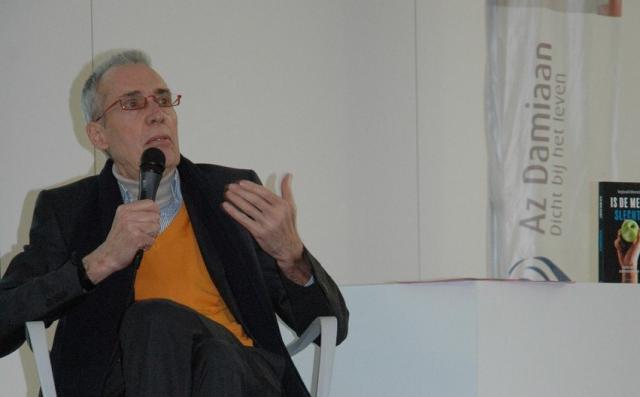 Dr. Reginald Moreels tijdens de voorstelling van zijn boek in AZ Damiaan Oostende  © Halewijn/RR