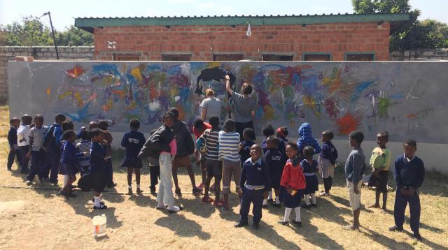 Inleefproject Zambia: schilderwerken muur. © Team Zambia