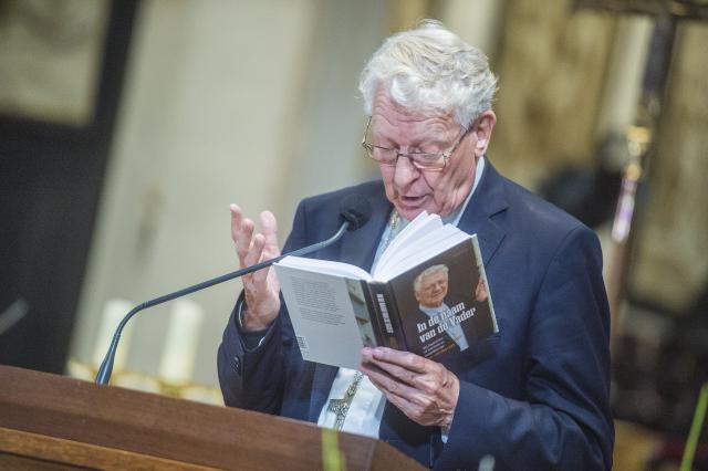 Bisschop Van Looy leest voor uit eigen werk © Bisdom Gent, foto: Frank Bahnmuller