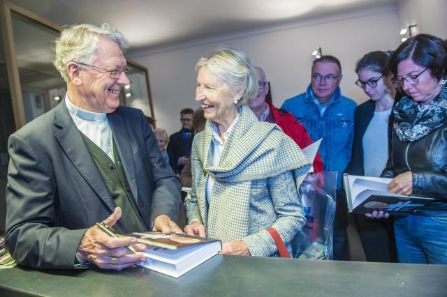 Bisschop Luc Van Looy signeert © Bisdom Gent, foto: Frank Bahnmuller