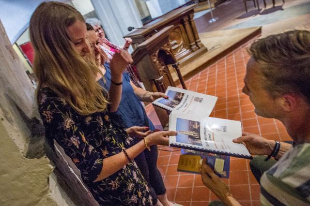Studenten Artevelde overhandigen hun lesproject aan meester Kenny © Bisdom Gent, foto: Frank Bahnmüller