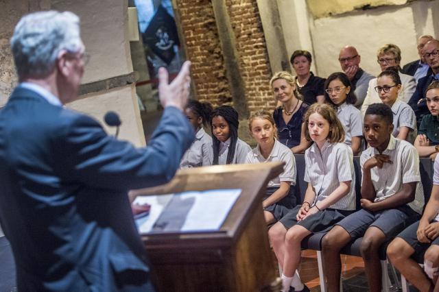 Bisschop Van Looy en de leerlingen van Sint-Bavo © Bisdom Gent, foto: Frank Bahnmüller