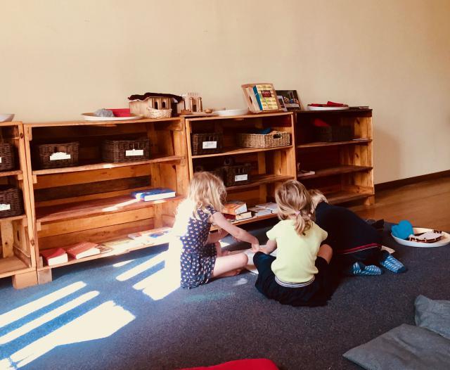 Spelende kinderen in de Godly Play ruimte in Drongen © Katie Velghe