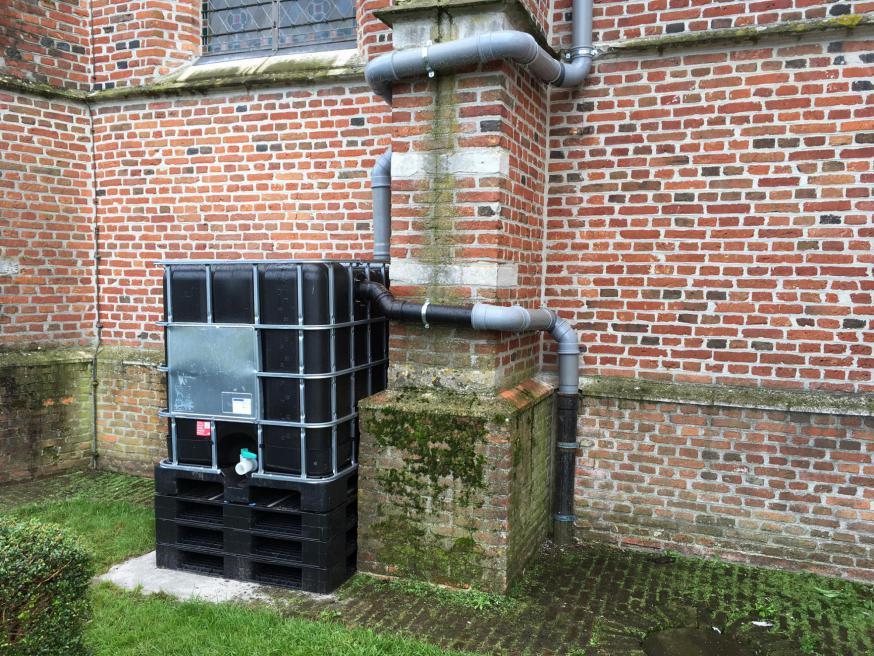 De watertank, die nu aan het zicht wordt onttrokken met een houten omheining © Sint-Martinusparochie Olen