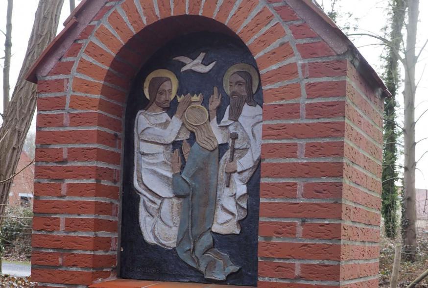 kapelletje met uitbeelding van 'de kroning van Maria'