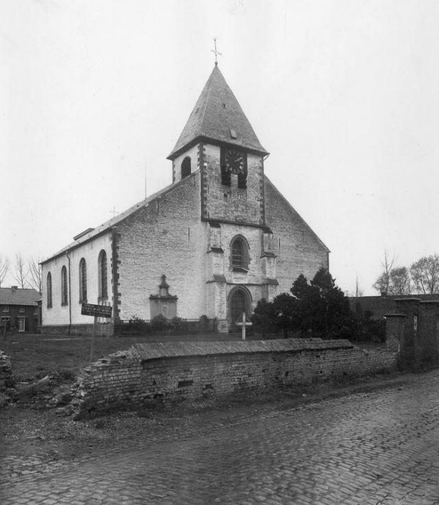 De Sint-Amanduskerk in 1944! Wat een verschil met vandaag... © KIK-IRPA