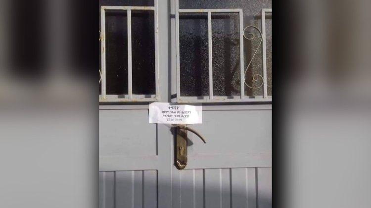 Een overheidszegel op de deur van een gesloten kerkelijk gezondsheidscentrum © VaticanMedia