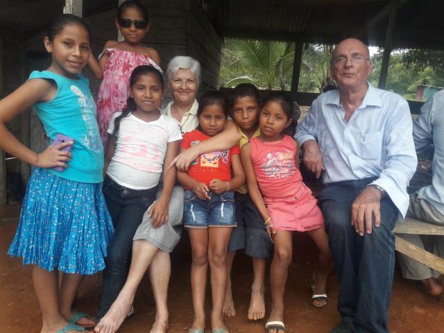 Patrick Hanssens met kinderen uit het dorp Mono Congo. © rr