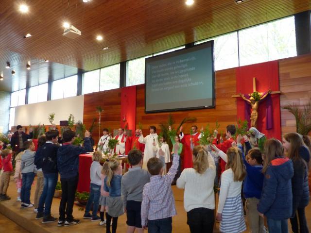 VICHTE - Heel veel jongen gezinnen met kinderen namen deel aan de Palmzondagviering. Kinderen zwaaiden met palmtakken in naam van de vrede!