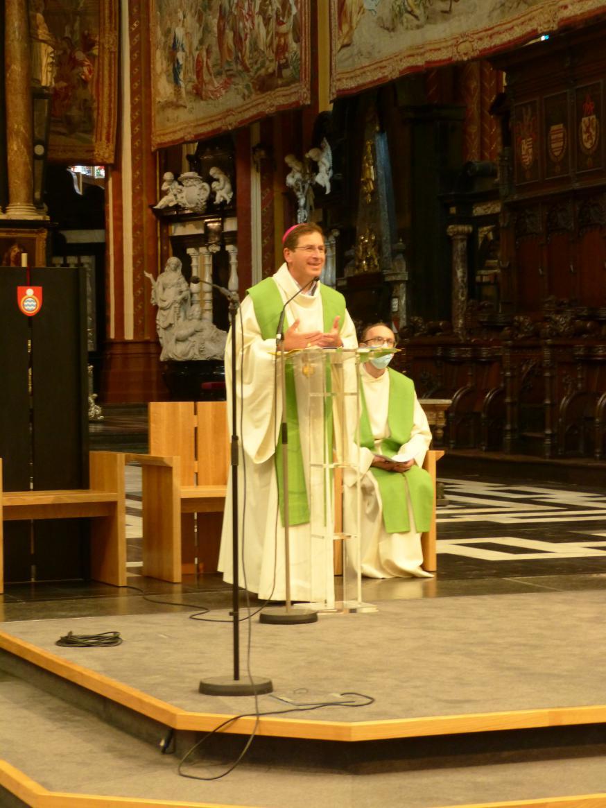 Bisschop Lode Aerts gaat voor in een zendingsmoment