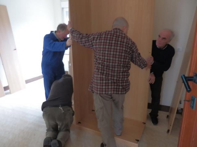 Meubels Voor Vluchtelingen : Nederlandse kunstenaar laat jonge zoontjes meubels afwerken de