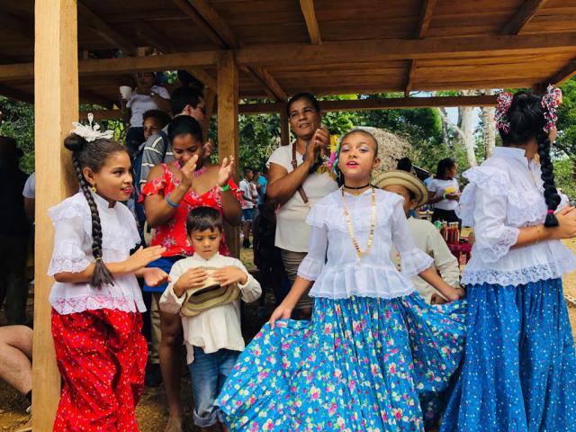 Feestelijke kleding bij de kinderen van de dorpen. © Sien Callebaut
