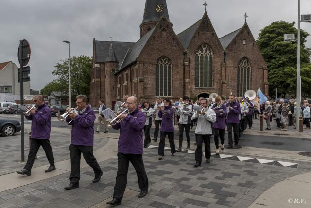 Twee harmonieën begeleidden pastoor Johan van huis naar kerk en feestzaal © Frans Dhoore