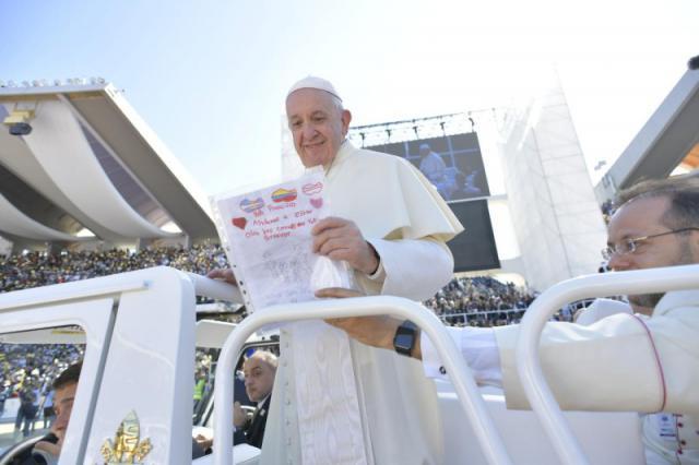 Paus Franciscus bij het binnenrijden van het stadion van Zayed Sports City in Abu Dhabi © VaticanNews