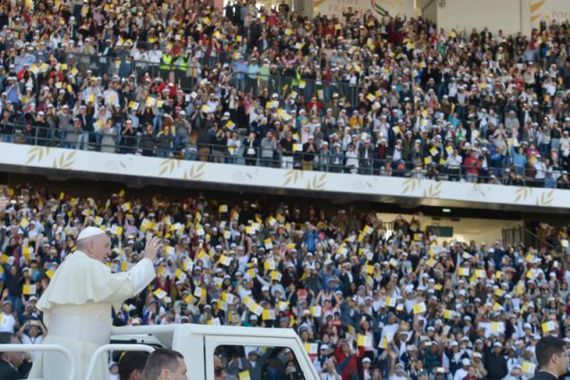 Paus Franciscus groet de enthousiaste menigte in het stadion van Zayed Sports City © VaticanNews
