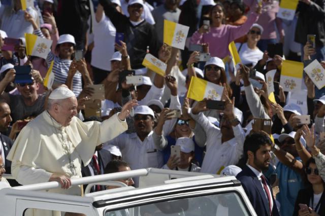 Paus Franciscus rijdt het stadion van Zayed Sports City in Abu Dhabi binnen © VaticanNews